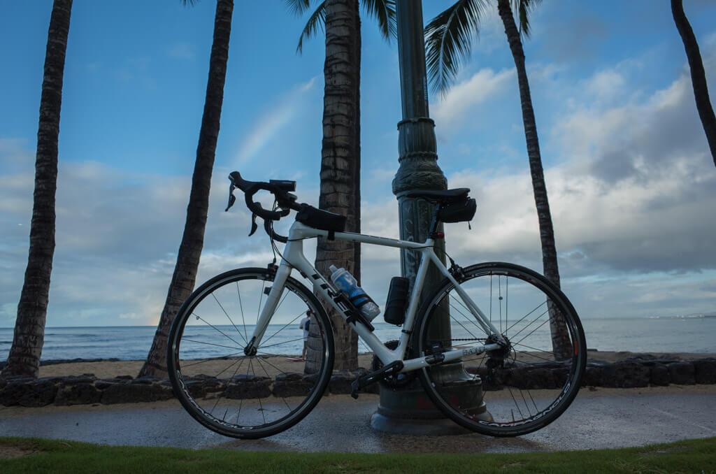 ロードバイクとワイキキビーチ