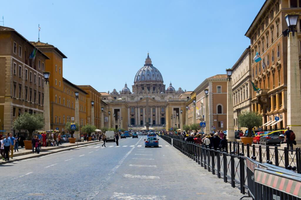サン・ピエトロ大聖堂へと続く通り