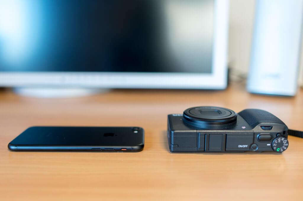 iPhone7とGRIIの薄さ比較