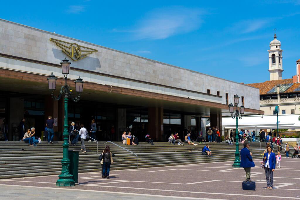 サンタルチア駅の駅舎
