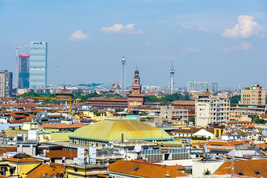 ドゥオーモの屋上からスフォルツェスコ城を見る