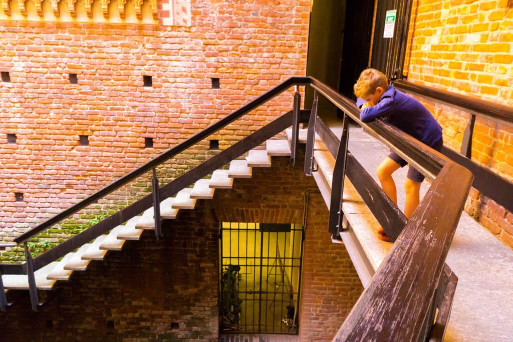 スフォルツェスコ城の中の少年