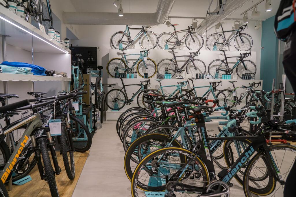 ビアンキ カフェ&サイクルズ内のロードバイク売り場