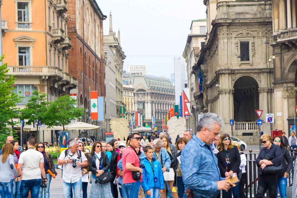 ミラノ中心部で観光する人々
