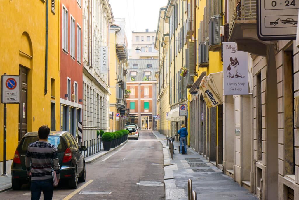 ミラノの昼の裏路地