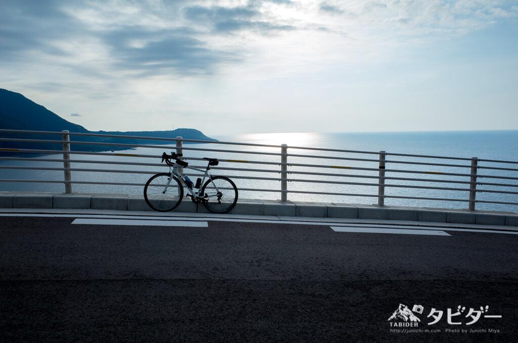 佐渡の海とロードバイク