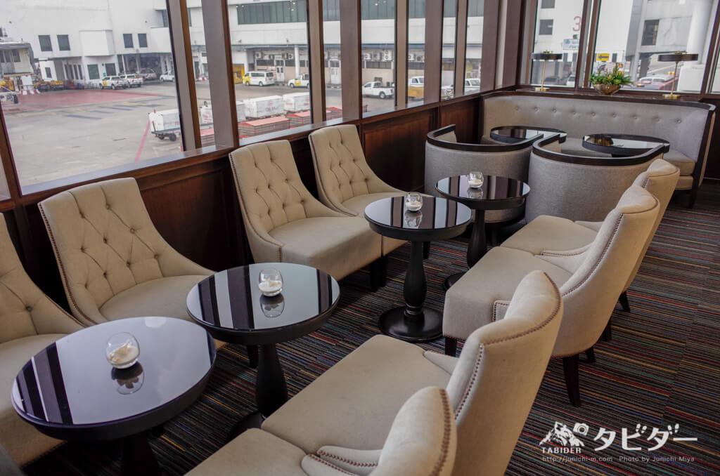 コーラルラウンジのソファとテーブル