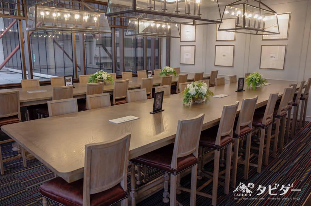 コーラルラウンジの大きなテーブル