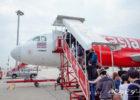 LCCの飛行機に搭乗する人々