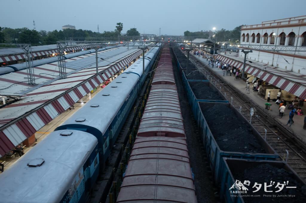 バラナシ駅の電車とホーム