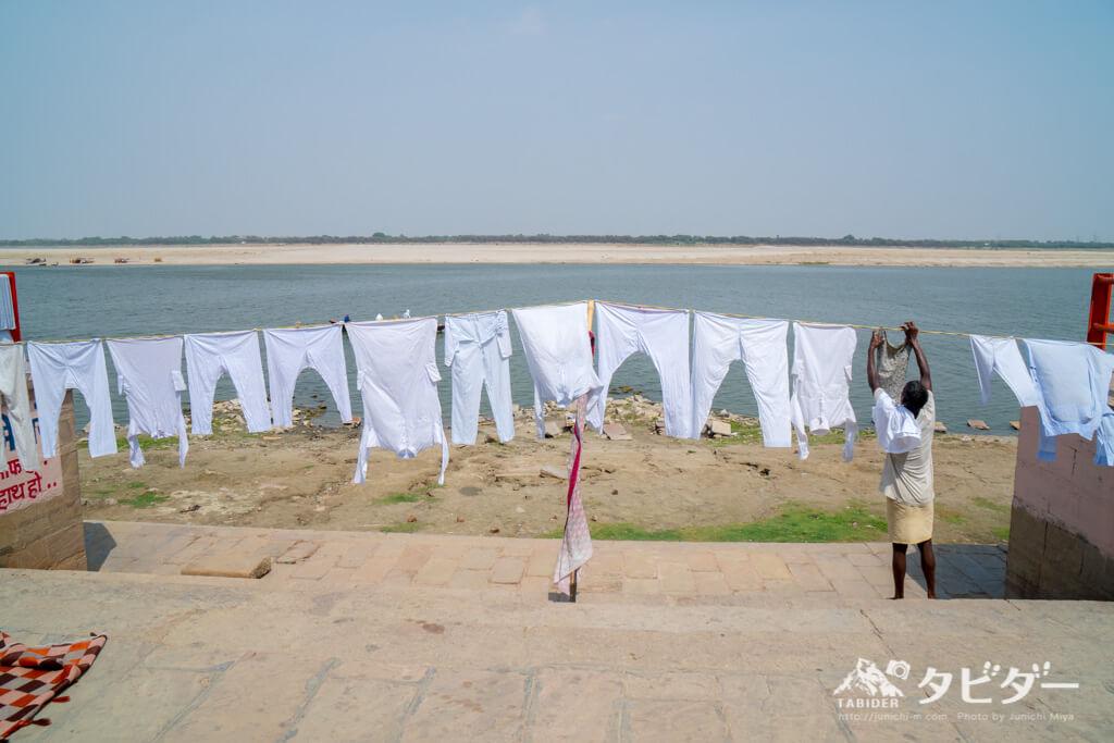 ガンジス川で選択をするインド人