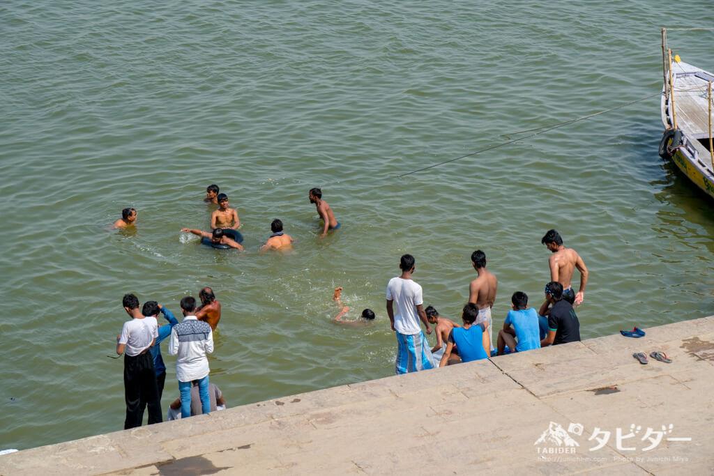 ガンジス川で沐浴をする人たち