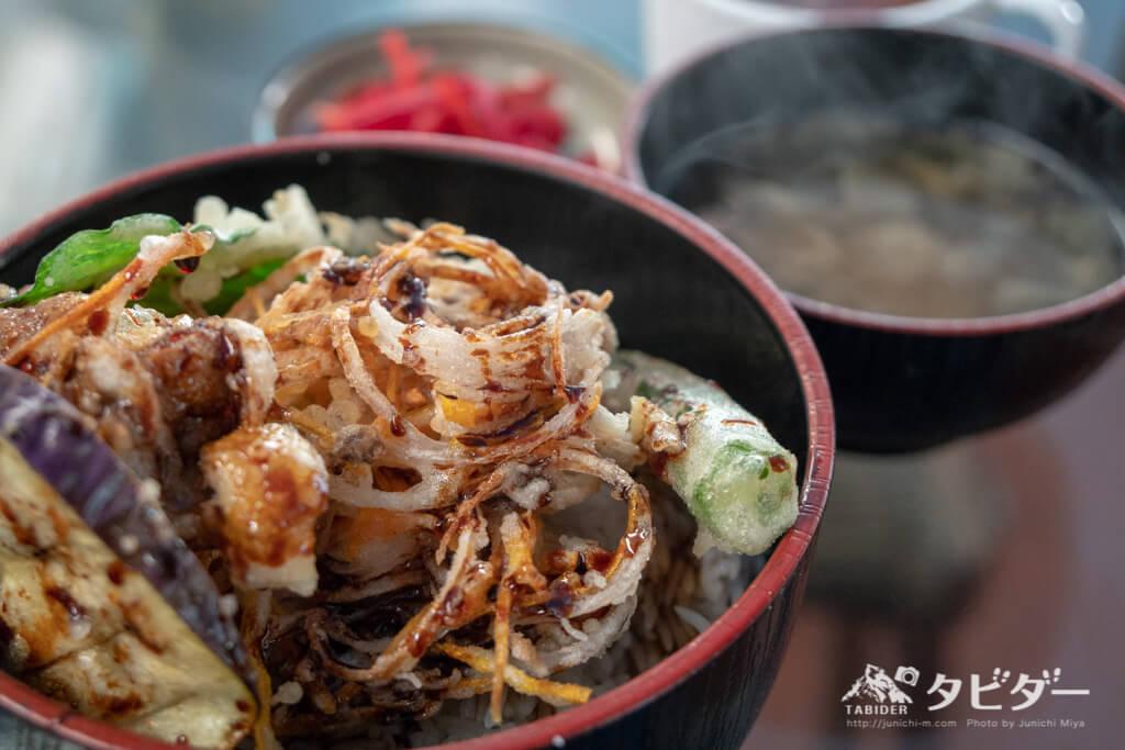 I:ba cafeの野菜かきあげ丼と味噌汁