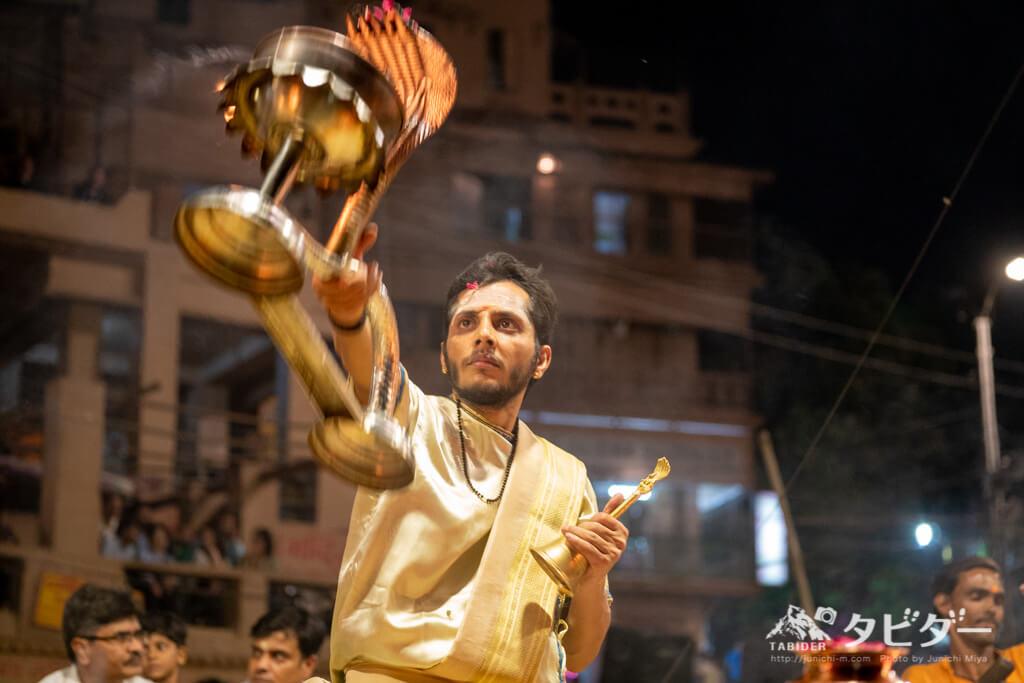 バラナシの礼拝儀式(プジャー)で踊るバラモン