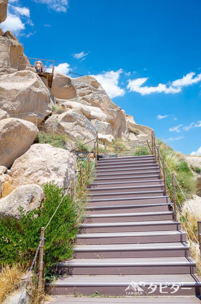 ウチヒサル城に続く階段