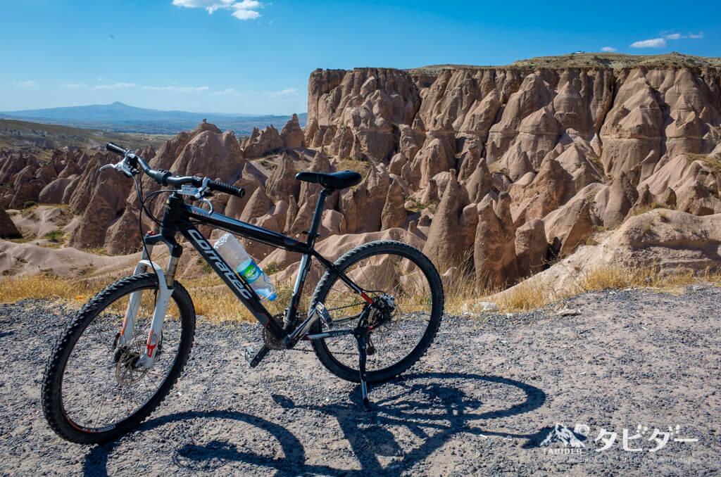 カッパドキアの岩山と自転車