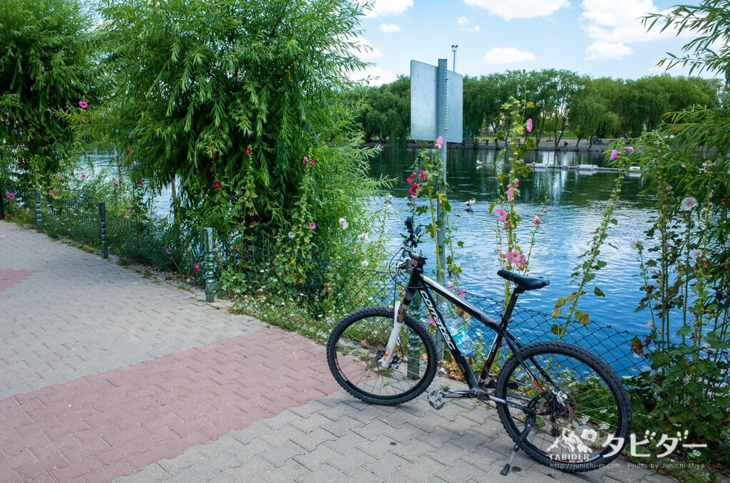 クズルウルマク川と自転車