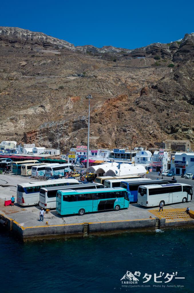 サントリーニ島の港で待機するローカルバス