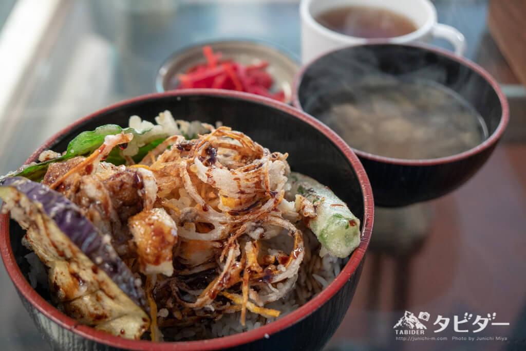 バラナシのイバカフェで食べた「野菜かきあげ丼・味噌汁・漬物・ほうじ茶」