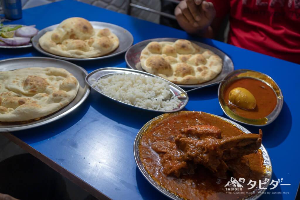 ジャイプールでインド人2人と一緒に食べた「カレーやチキンなど」
