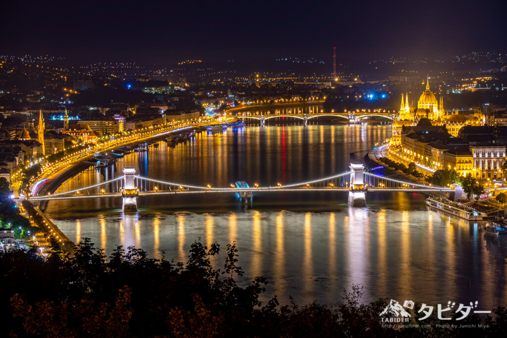 ゲッレールトの丘からブダペストの橋のライトアップを眺める