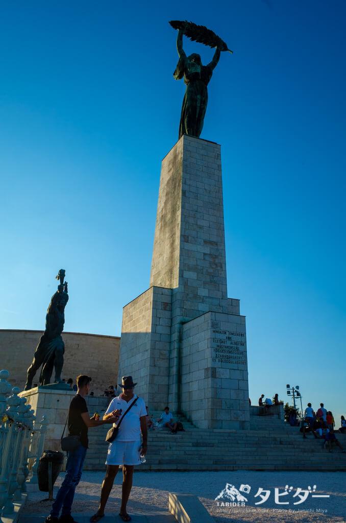 ゲッレールトの丘の頂上にある女神像