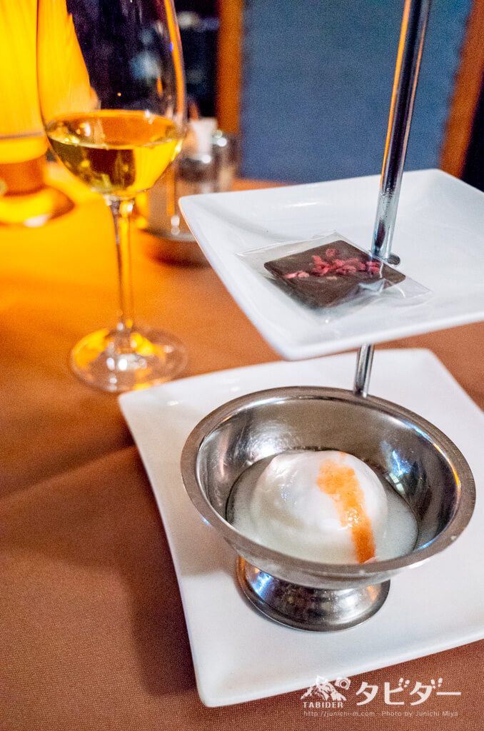 デザートのシャーベットアイスとチョコと白ワイン