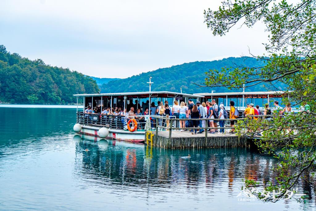 プリトヴィッツェ湖群国立公園の船を待つ観光客