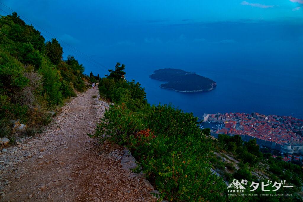 ドブロブニクの夜景とスルジ山の登山道