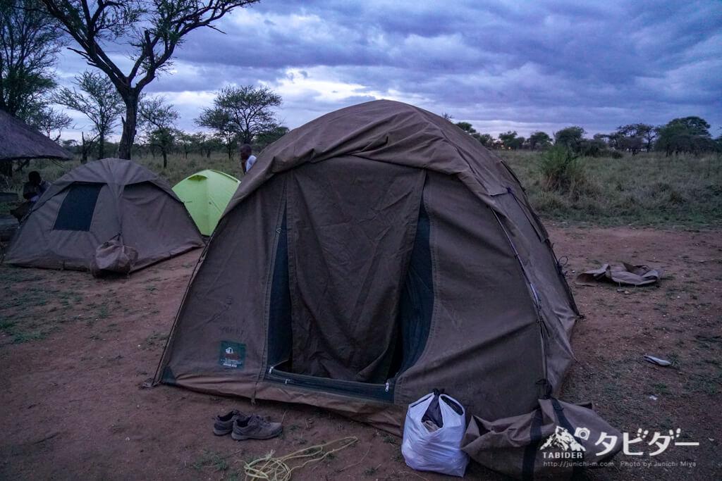 キャンプサイトのテント