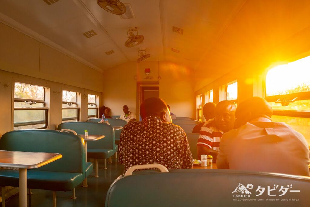 タンザン鉄道の車窓から眺める夕日