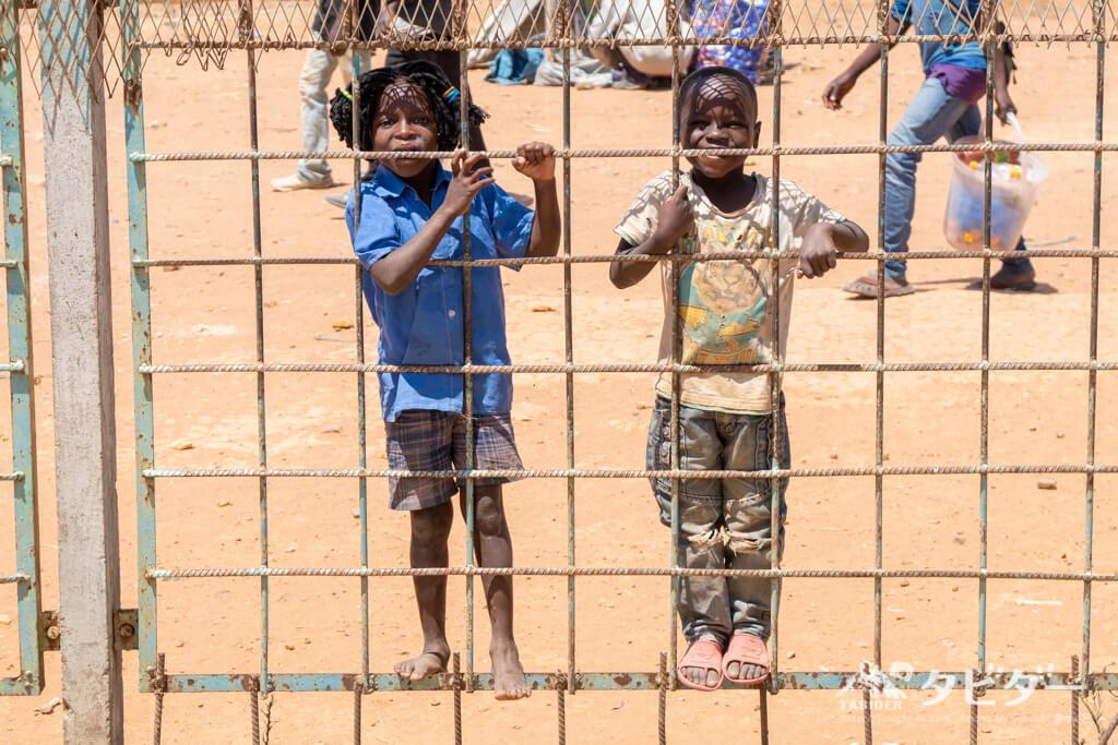 タンザン鉄道沿線の元気な子どもたち