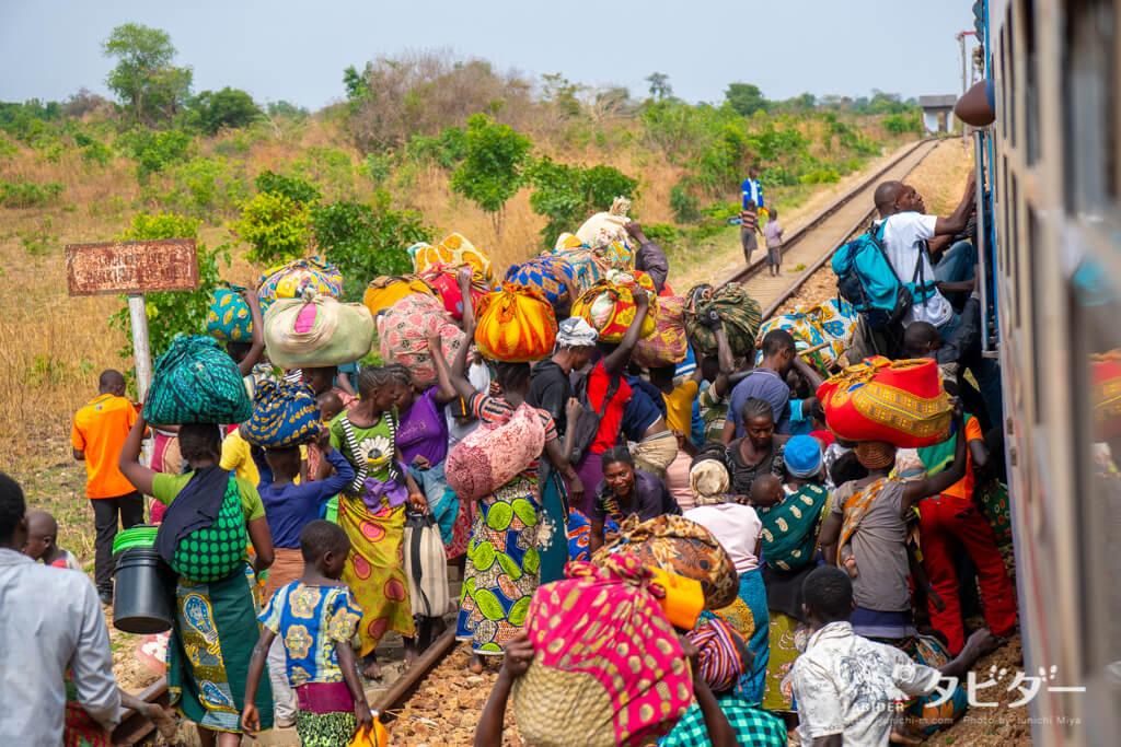 タンザン鉄道に乗り込むアフリカの人々