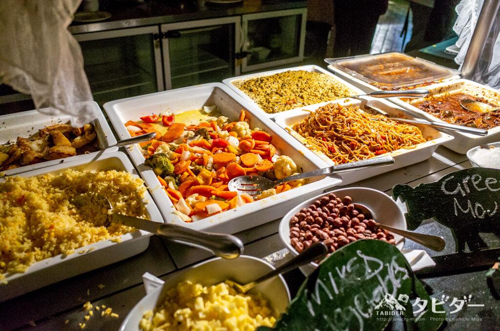 チョベサファリロッジのディナービュッフェ(温かい料理コーナー)