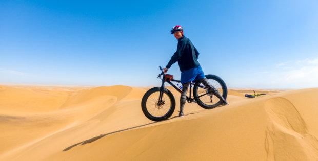 ナミブ砂漠でファットバイクツアー