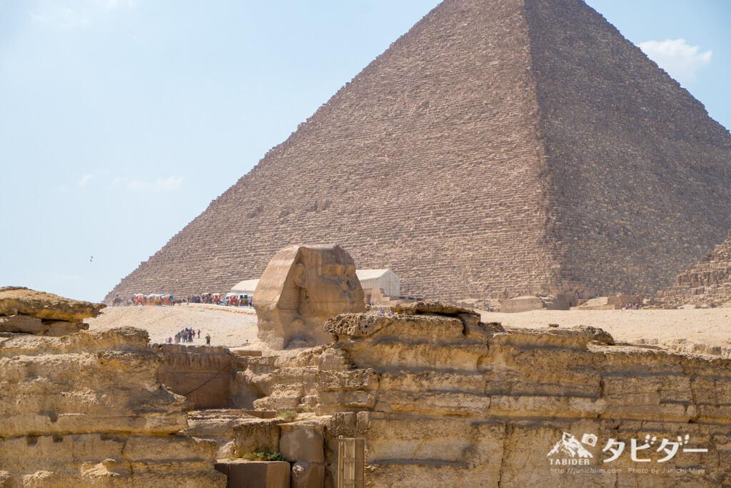 スフィンクスとクフ王のピラミッド