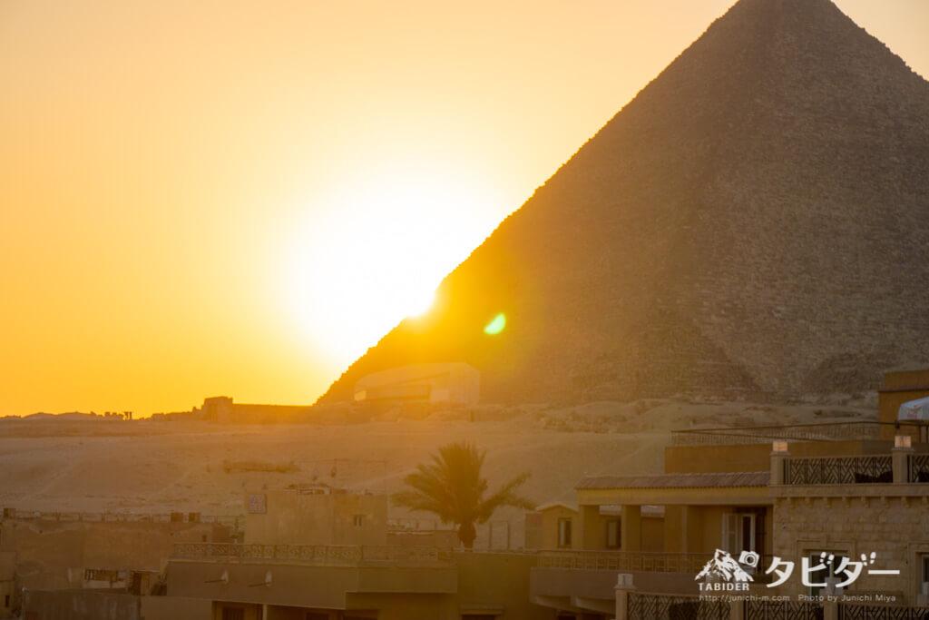 ピラミッドと夕日