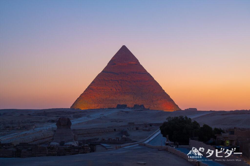 ライトアップされたピラミッド