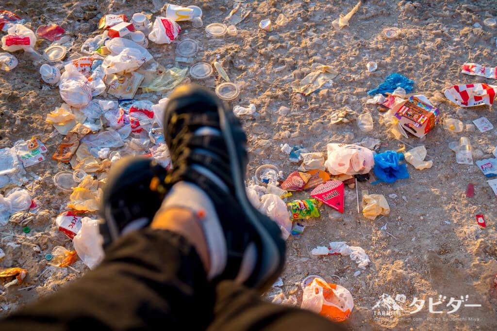 ゴミであふれる防波堤