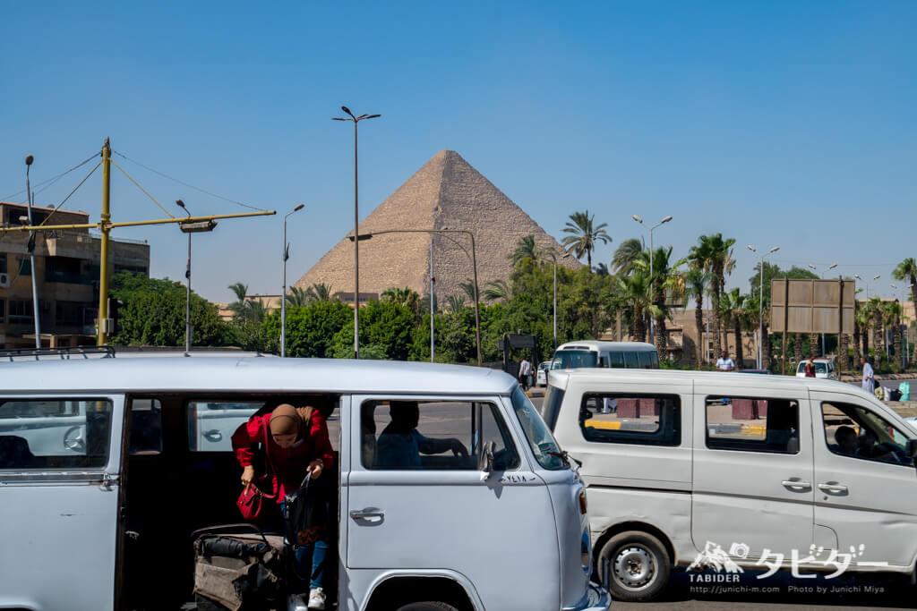 ピラミッドとバス乗り場