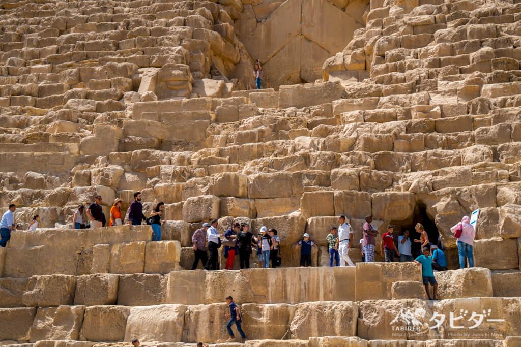 ピラミッドの内部へ