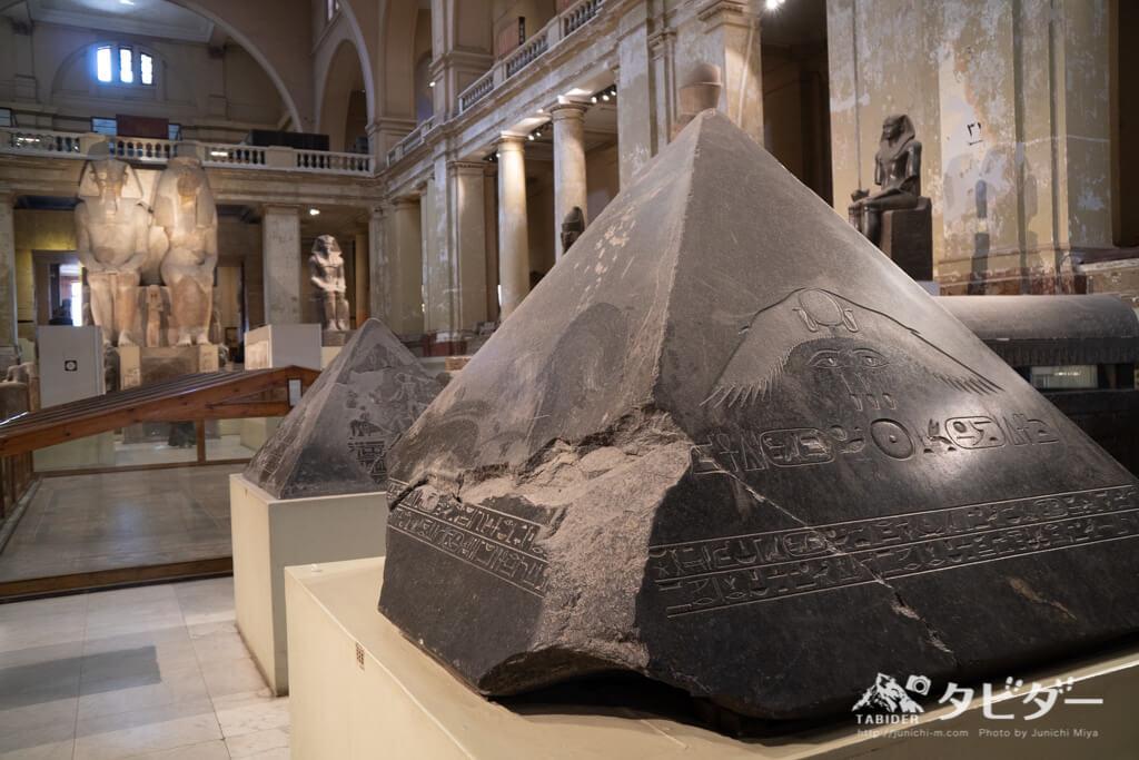黒い御影石の三角形