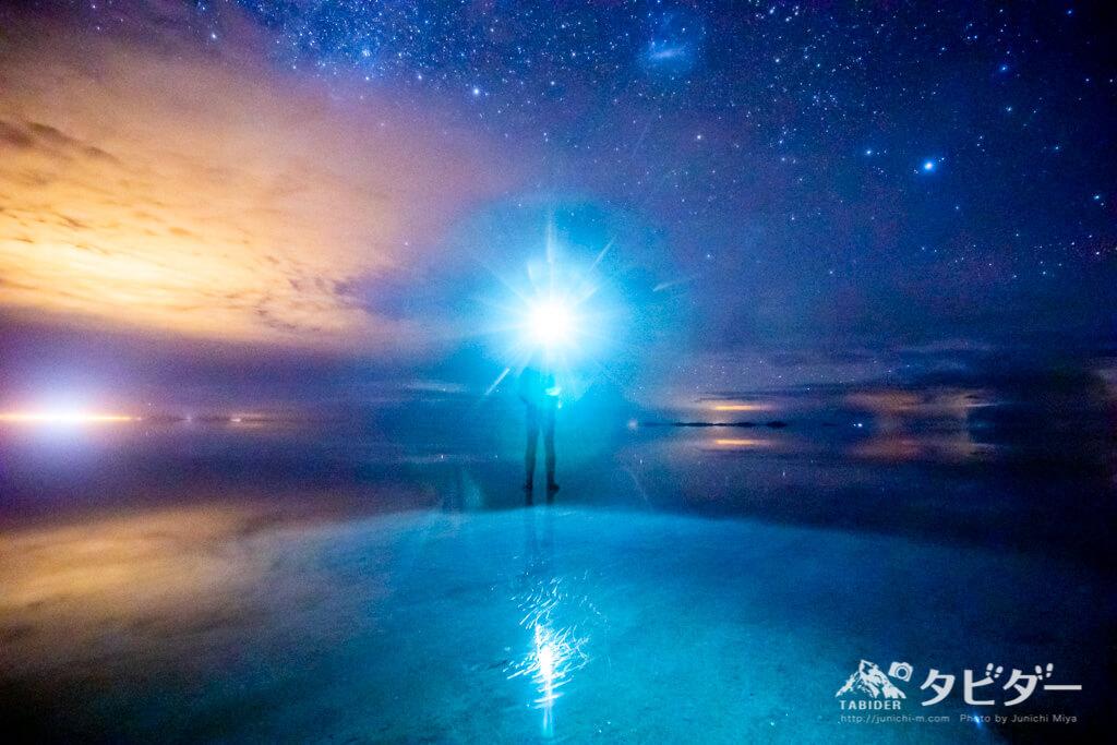 ウユニ塩湖を照らすヘッドライト