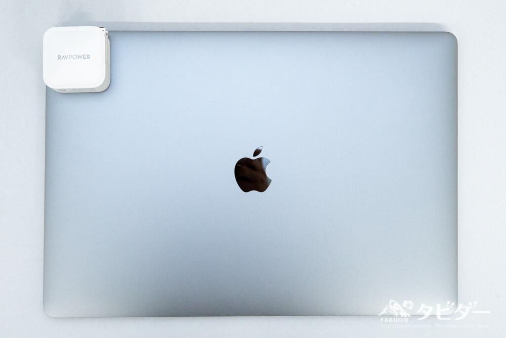 MacBook Pro15インチとRAVPowerのサイズ感