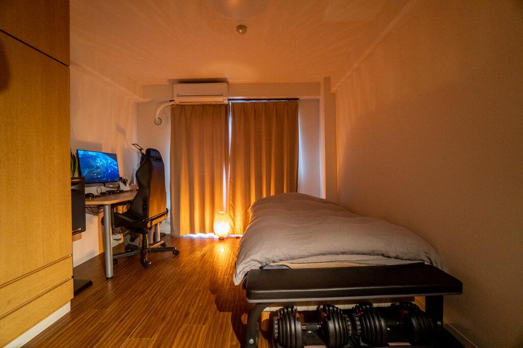 イケアの間接照明「ベイヤ」で照らせれた寝室