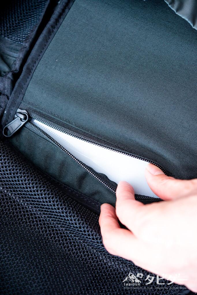 ミステリーランチ・アーバンアサルト21の内部中央のポケット