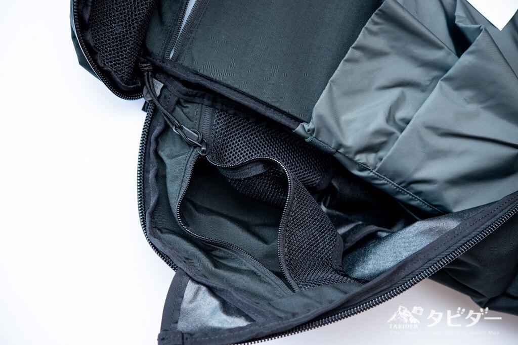 ミステリーランチ・アーバンアサルト21の内部両脇の小型で収納ポケット