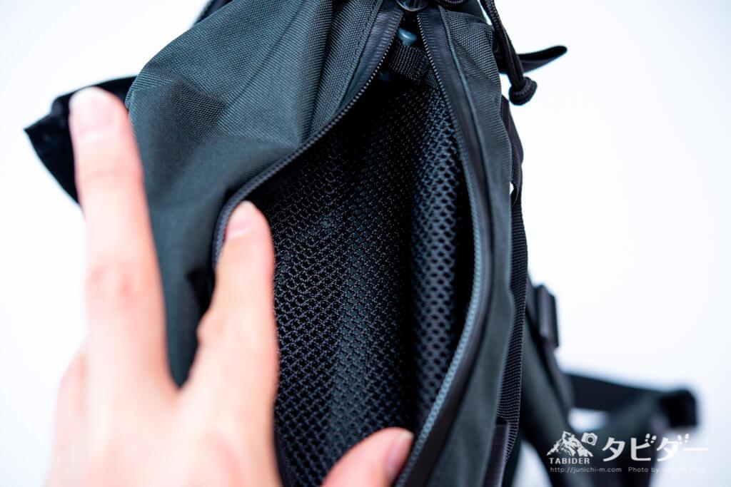 ミステリーランチ・アーバンアサルト21の上部の小型収納ポケット